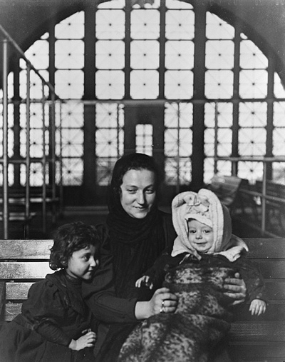 Russian_family_ellis_island